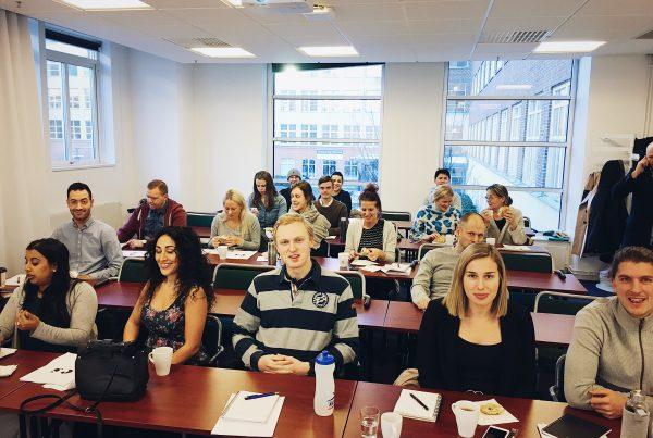 Personer på Entreprenörskolans föreläsning